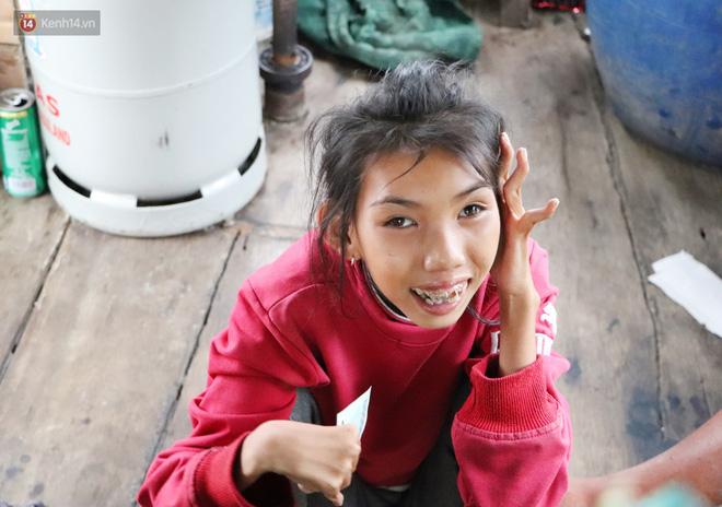 Bé gái bị teo não theo cha đi lượm ve chai ở bờ sông Sài Gòn: Ngồi chờ ba xíu, lát ba quay lại cõng con lên ghe nghen - Ảnh 18.