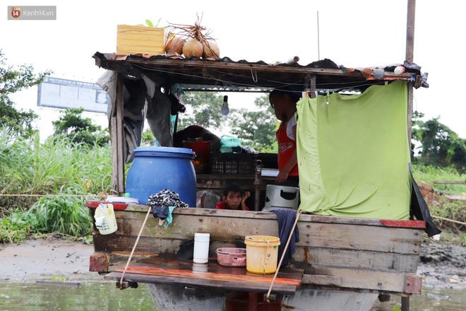 Bé gái bị teo não theo cha đi lượm ve chai ở bờ sông Sài Gòn: Ngồi chờ ba xíu, lát ba quay lại cõng con lên ghe nghen - Ảnh 19.