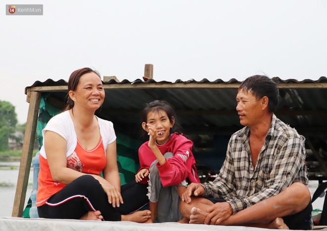 Bé gái bị teo não theo cha đi lượm ve chai ở bờ sông Sài Gòn: Ngồi chờ ba xíu, lát ba quay lại cõng con lên ghe nghen - Ảnh 22.
