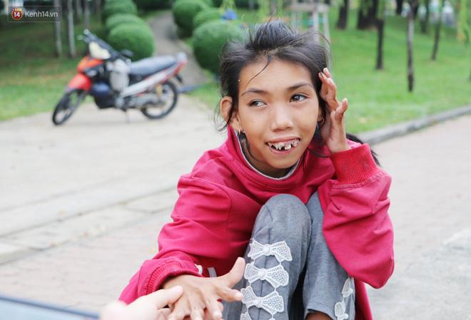 Bé gái bị teo não theo cha đi lượm ve chai ở bờ sông Sài Gòn: Ngồi chờ ba xíu, lát ba quay lại cõng con lên ghe nghen - Ảnh 4.