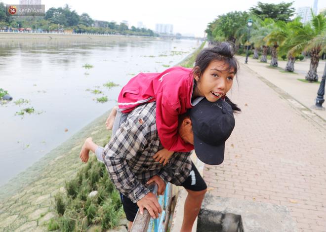 Bé gái bị teo não theo cha đi lượm ve chai ở bờ sông Sài Gòn: Ngồi chờ ba xíu, lát ba quay lại cõng con lên ghe nghen - Ảnh 5.