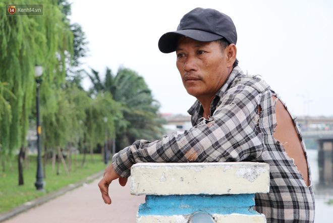 Bé gái bị teo não theo cha đi lượm ve chai ở bờ sông Sài Gòn: Ngồi chờ ba xíu, lát ba quay lại cõng con lên ghe nghen - Ảnh 6.