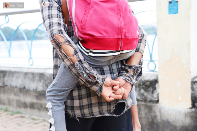 Bé gái bị teo não theo cha đi lượm ve chai ở bờ sông Sài Gòn: Ngồi chờ ba xíu, lát ba quay lại cõng con lên ghe nghen - Ảnh 7.