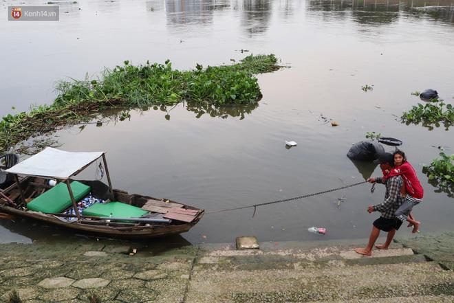 Bé gái bị teo não theo cha đi lượm ve chai ở bờ sông Sài Gòn: Ngồi chờ ba xíu, lát ba quay lại cõng con lên ghe nghen - Ảnh 8.