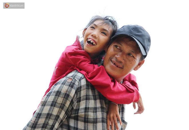 Bé gái bị teo não theo cha đi lượm ve chai ở bờ sông Sài Gòn: Ngồi chờ ba xíu, lát ba quay lại cõng con lên ghe nghen - Ảnh 9.