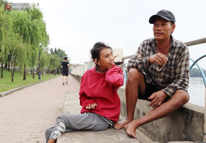 Bé gái bị teo não theo cha đi lượm ve chai ở bờ sông Sài Gòn: Ngồi chờ ba xíu, lát ba quay lại cõng con lên ghe nghen - Ảnh 10.