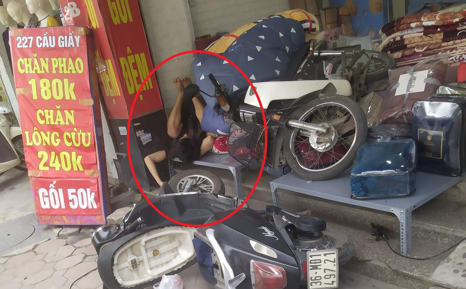 Chạy xe máy lao thẳng vào cửa hàng bên đường, chàng trai nằm ngủ luôn tại chỗ bất chấp mọi tiếng ồn