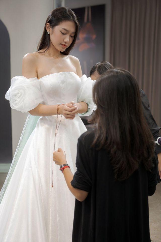 Tránh nhắc đến Đoàn Văn Hậu, Doãn Hải My lại gây chú ý với loạt ảnh diện váy cưới sexy - Ảnh 6.