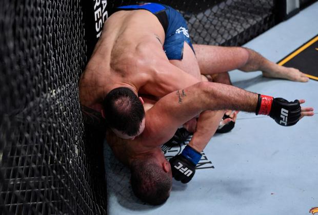 Nhà cựu vô địch MMA bỗng phải nhận trận thua thất vọng, nhiều người trách móc cho đến khi nhìn thấy chấn thương kinh hoàng trên tay anh này - Ảnh 1.