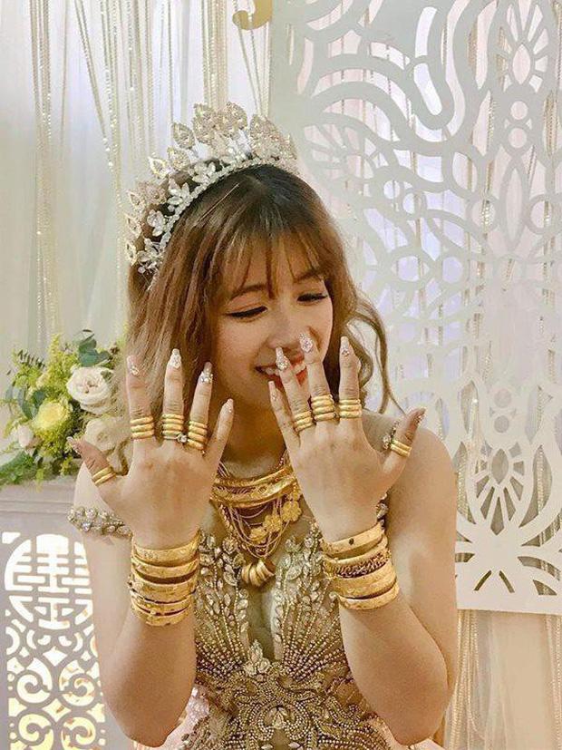 Cô dâu đeo vàng mỏi cổ và cầm tiền trĩu tay trong đám cưới, dân mạng được phen trầm trồ: Nhìn thôi cũng muốn cưới liền! - Ảnh 9.
