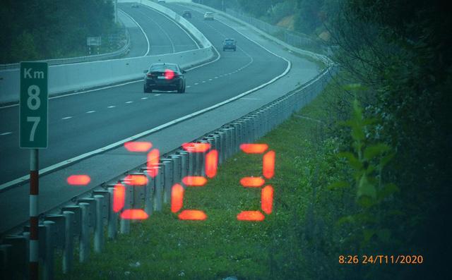 Clip: Lời phân trần của tài xế BMW phóng như bay trên cao tốc, do vội về ăn cưới - Ảnh 1.