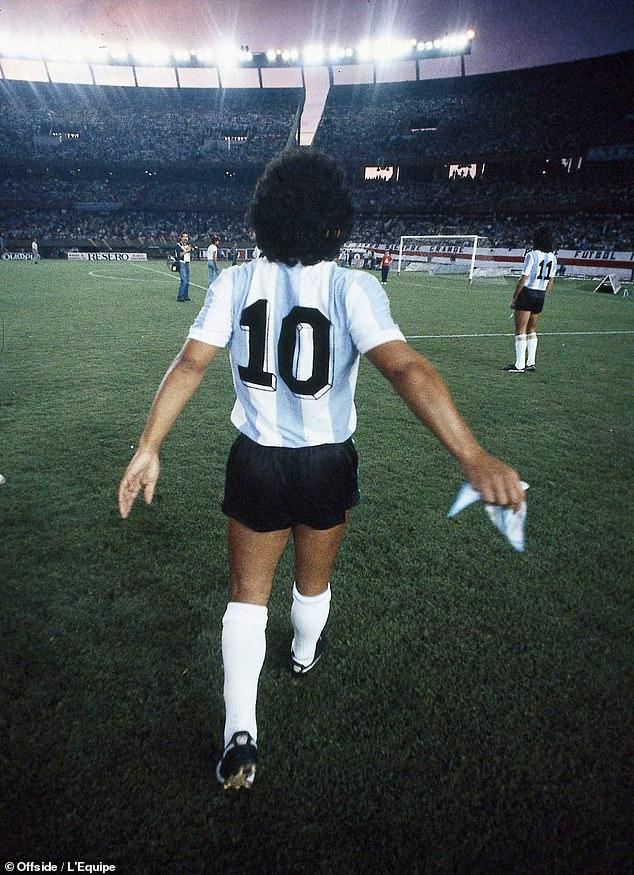 """""""Vì Maradona, FIFA nên tước bỏ chiếc áo số 10 ở mọi đội bóng trên thế giới"""" - Ảnh 1."""