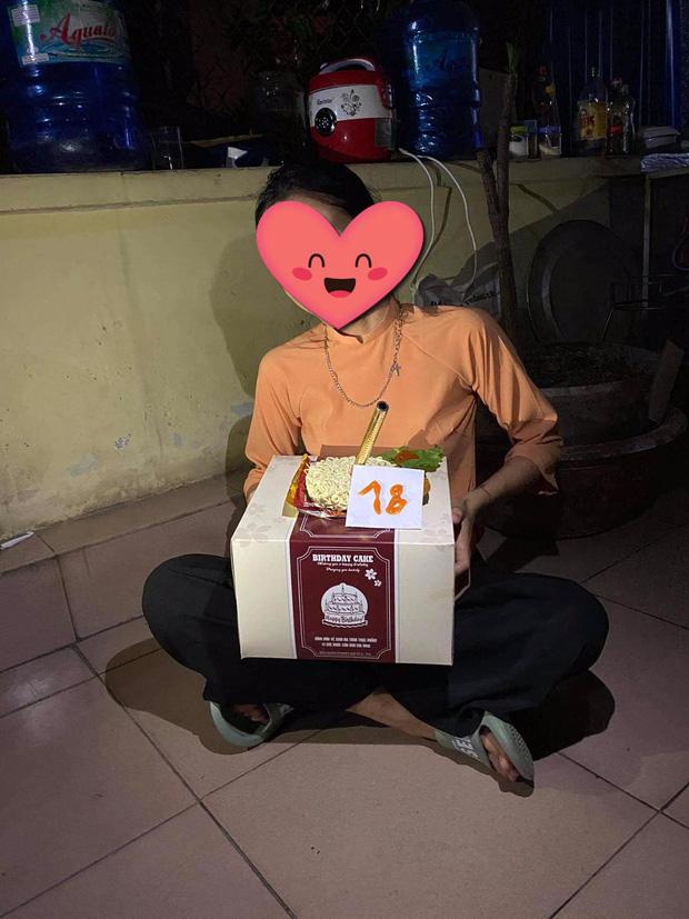 Nữ sinh được bạn tổ chức sinh nhật, nhìn hộp bánh to đùng nhưng thứ nằm bên trong ai cũng bất ngờ - ảnh 2