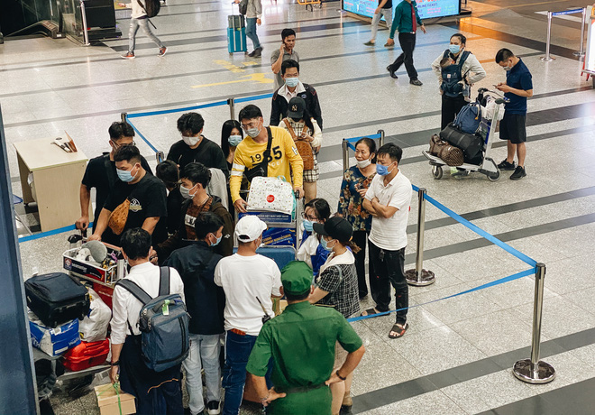 Khổ như hành khách ở Tân Sơn Nhất: Đội nắng mang vác hành lý ra đường đón xe công nghệ - Ảnh 1.