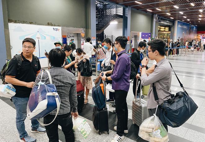 Khổ như hành khách ở Tân Sơn Nhất: Đội nắng mang vác hành lý ra đường đón xe công nghệ - Ảnh 2.