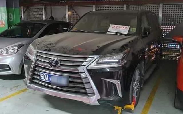 Xe biển xanh 80A bị khóa bánh ở Tân Sơn Nhất: Đại diện chủ xe nói biển giả do lái xe tự gắn - Ảnh 1.
