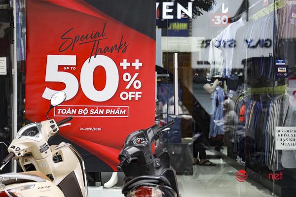 Giảm giá kịch sàn trước ngày Black Friday, cửa hàng thời trang vắng hiu hắt - Ảnh 2.