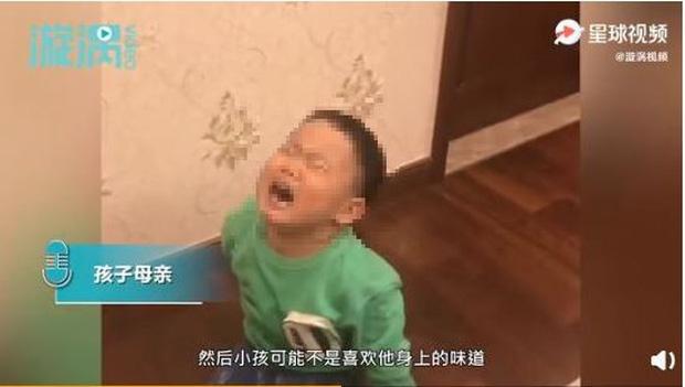 Bé trai không chịu ngủ cùng bố bởi vì 'Bố quá xấu', mẹ đưa ra lời giải thích khiến dân mạng không thể nhịn cười - ảnh 1