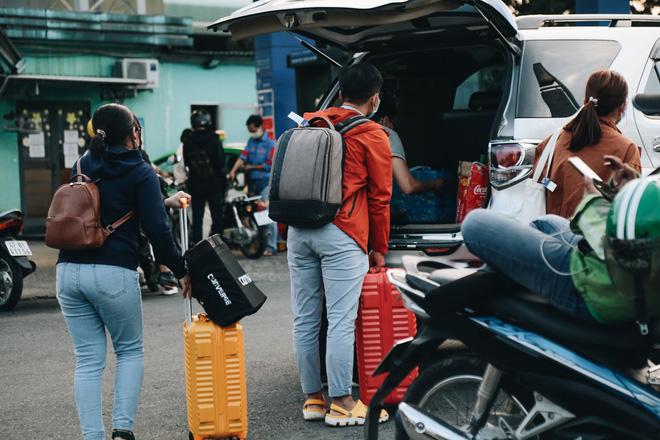 Khổ như hành khách ở Tân Sơn Nhất: Đội nắng mang vác hành lý ra đường đón xe công nghệ - Ảnh 11.