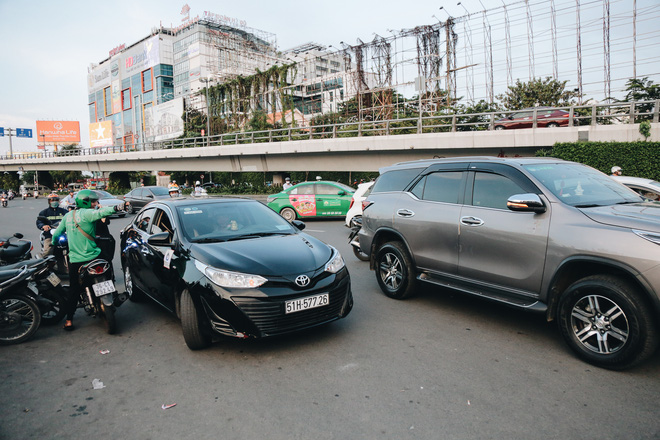 Khổ như hành khách ở Tân Sơn Nhất: Đội nắng mang vác hành lý ra đường đón xe công nghệ - Ảnh 12.