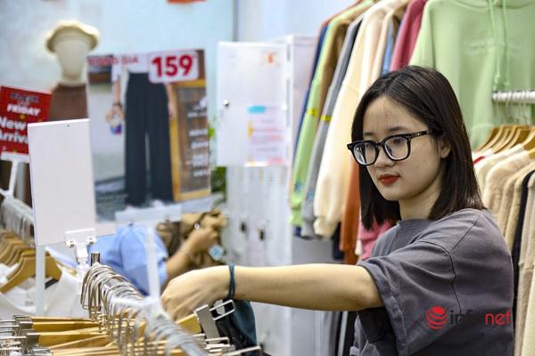 Giảm giá kịch sàn trước ngày Black Friday, cửa hàng thời trang vắng hiu hắt - Ảnh 12.