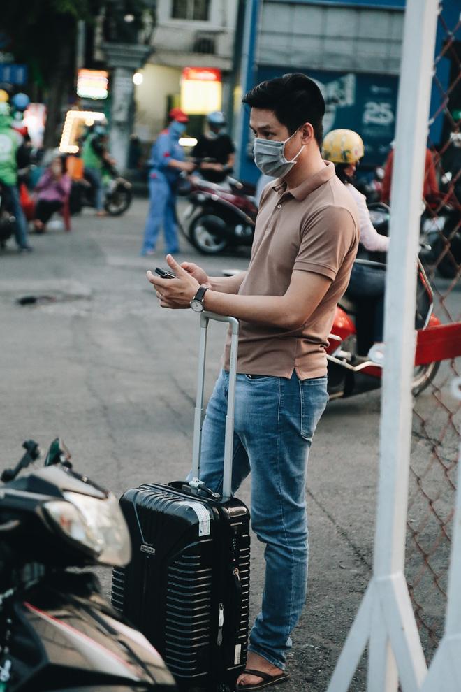 Khổ như hành khách ở Tân Sơn Nhất: Đội nắng mang vác hành lý ra đường đón xe công nghệ - Ảnh 14.