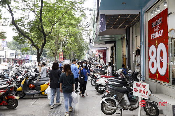 Giảm giá kịch sàn trước ngày Black Friday, cửa hàng thời trang vắng hiu hắt - Ảnh 14.