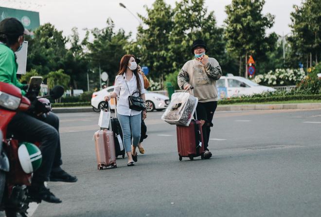 Khổ như hành khách ở Tân Sơn Nhất: Đội nắng mang vác hành lý ra đường đón xe công nghệ - Ảnh 15.
