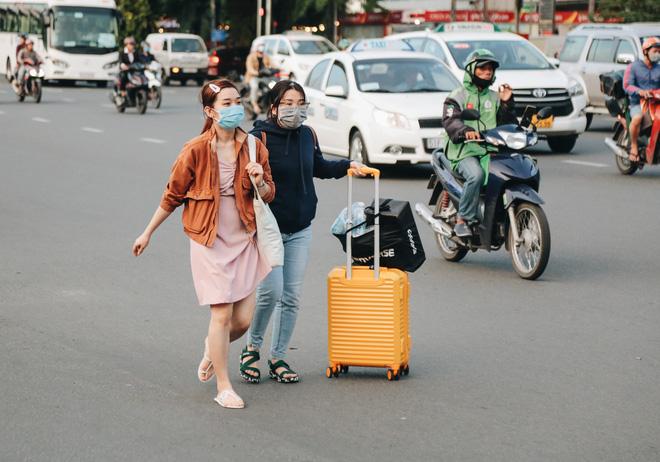 Khổ như hành khách ở Tân Sơn Nhất: Đội nắng mang vác hành lý ra đường đón xe công nghệ - Ảnh 16.