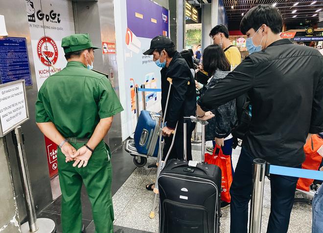 Khổ như hành khách ở Tân Sơn Nhất: Đội nắng mang vác hành lý ra đường đón xe công nghệ - Ảnh 3.