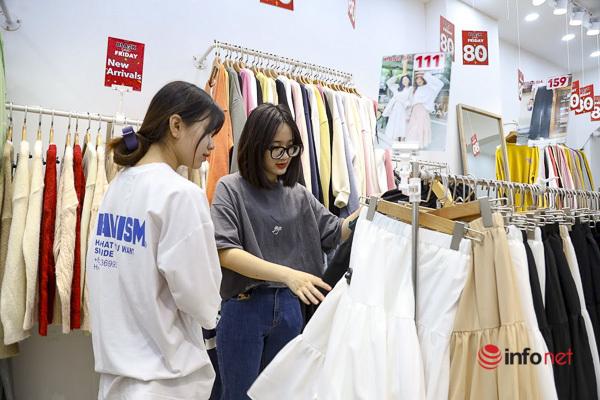 Giảm giá kịch sàn trước ngày Black Friday, cửa hàng thời trang vắng hiu hắt - Ảnh 3.
