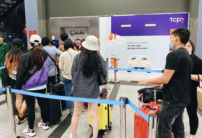 Khổ như hành khách ở Tân Sơn Nhất: Đội nắng mang vác hành lý ra đường đón xe công nghệ - Ảnh 4.