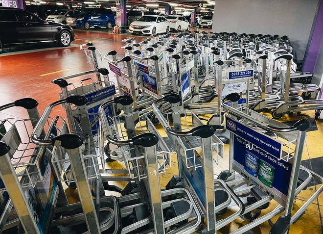 Khổ như hành khách ở Tân Sơn Nhất: Đội nắng mang vác hành lý ra đường đón xe công nghệ - Ảnh 5.
