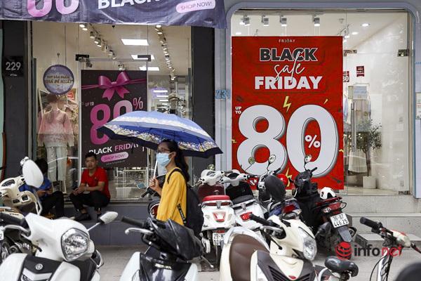 Giảm giá kịch sàn trước ngày Black Friday, cửa hàng thời trang vắng hiu hắt - Ảnh 5.