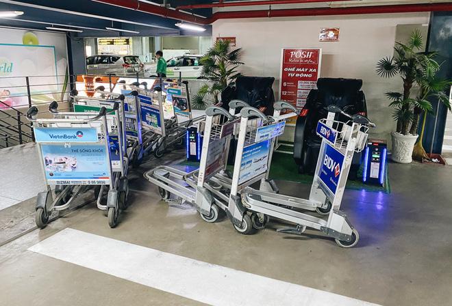 Khổ như hành khách ở Tân Sơn Nhất: Đội nắng mang vác hành lý ra đường đón xe công nghệ - Ảnh 6.