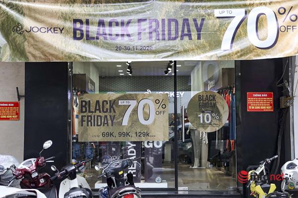 Giảm giá kịch sàn trước ngày Black Friday, cửa hàng thời trang vắng hiu hắt - Ảnh 6.
