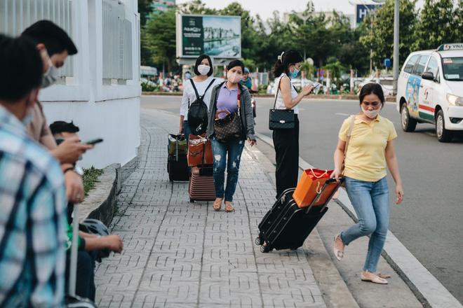 Khổ như hành khách ở Tân Sơn Nhất: Đội nắng mang vác hành lý ra đường đón xe công nghệ - Ảnh 7.