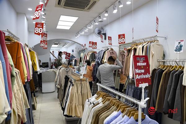 Giảm giá kịch sàn trước ngày Black Friday, cửa hàng thời trang vắng hiu hắt - Ảnh 7.