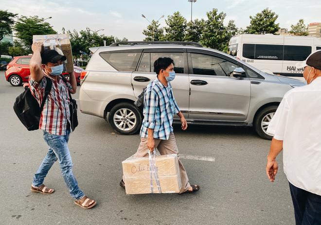Khổ như hành khách ở Tân Sơn Nhất: Đội nắng mang vác hành lý ra đường đón xe công nghệ - Ảnh 8.