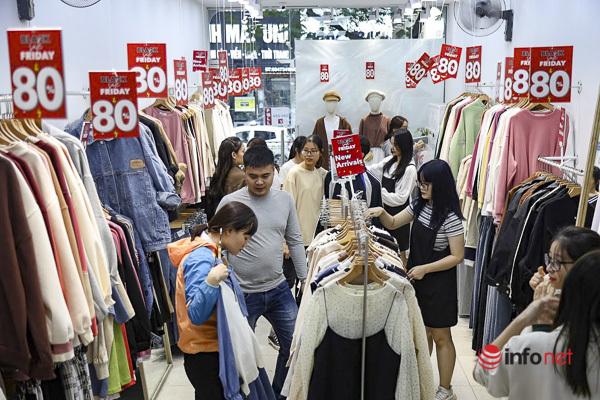 Giảm giá kịch sàn trước ngày Black Friday, cửa hàng thời trang vắng hiu hắt - Ảnh 8.