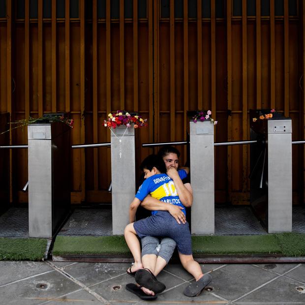 Đất nước Argentina chìm trong biển nước mắt tiếc thương Maradona - Ảnh 9.