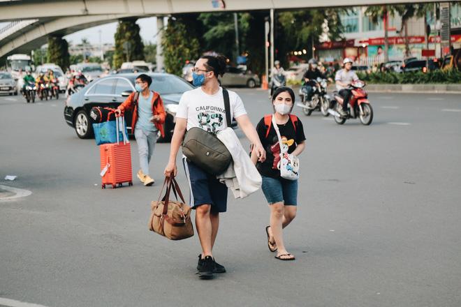 Khổ như hành khách ở Tân Sơn Nhất: Đội nắng mang vác hành lý ra đường đón xe công nghệ - Ảnh 9.
