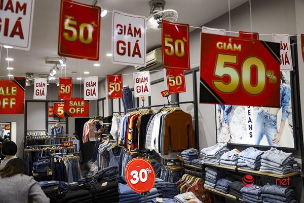Giảm giá kịch sàn trước ngày Black Friday, cửa hàng thời trang vắng hiu hắt - Ảnh 9.