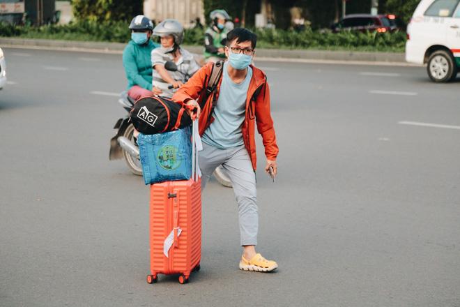 Khổ như hành khách ở Tân Sơn Nhất: Đội nắng mang vác hành lý ra đường đón xe công nghệ - Ảnh 10.