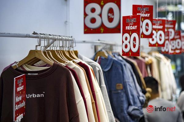 Giảm giá kịch sàn trước ngày Black Friday, cửa hàng thời trang vắng hiu hắt - Ảnh 10.