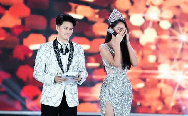 Chân dung người đàn ông 2 lần chứng kiến hoa hậu Tiểu Vy bật khóc