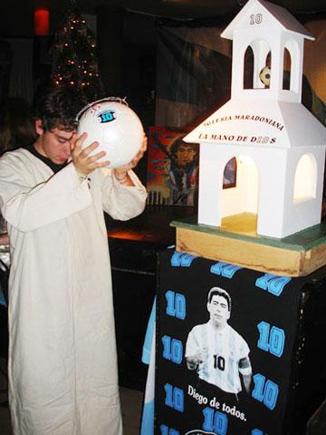 Tôn giáo Maradona và hàng loạt câu chuyện lạ lùng khó tin về Cậu bé vàng của Argentina - Ảnh 2.