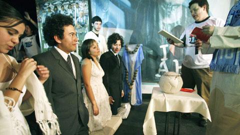 Tôn giáo Maradona và hàng loạt câu chuyện lạ lùng khó tin về Cậu bé vàng của Argentina - Ảnh 1.