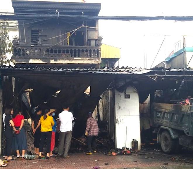 4 người bên trong căn nhà bốc cháy dữ dội lúc rạng sáng - Ảnh 3.