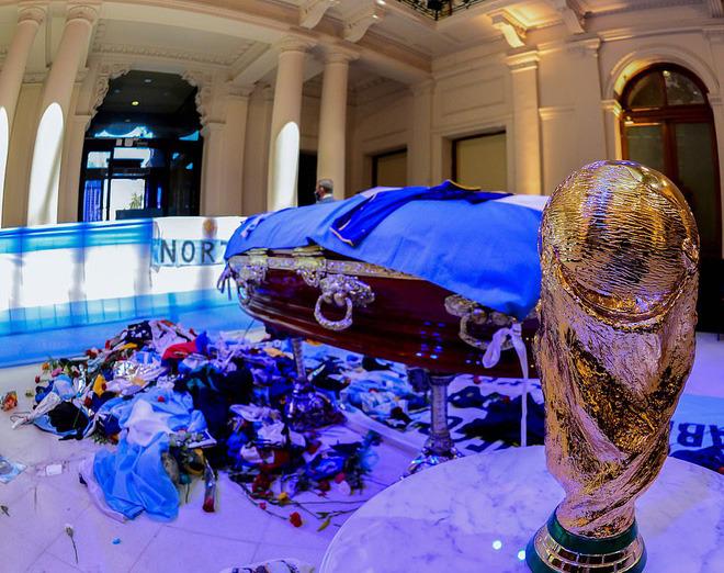 Argentina tổ chức quốc tang Maradona: Dòng người đến viếng kéo dài bất tận, bạo động đã xảy ra - Ảnh 1.
